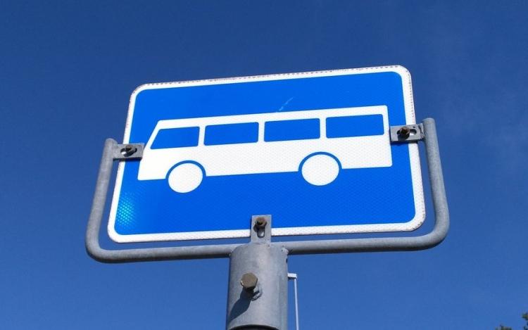 Bildet viser et busskilt.